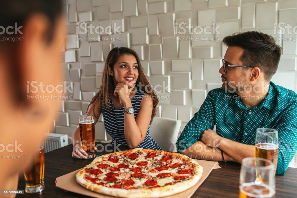 Pizza después del trabajo y cerveza fría - foto de stock