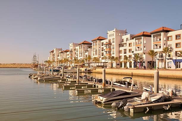 De Agadir Marina condominios y barcos - foto de stock
