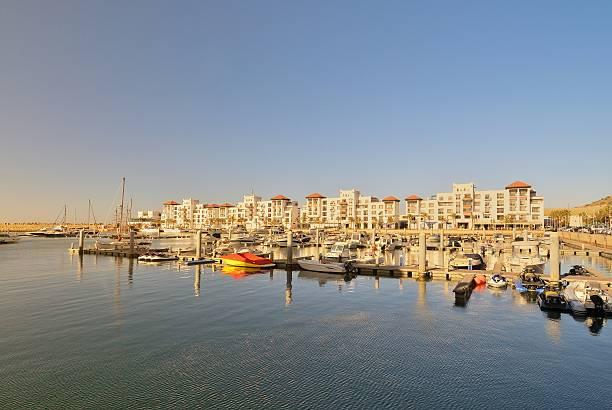 Muelle y Marina de Agadir condominios - foto de stock