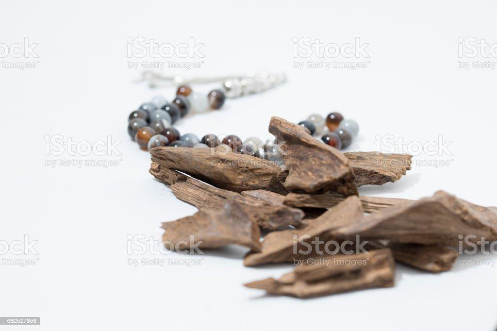 Gélose de bois, copeaux d'encens avec chapelet - Photo