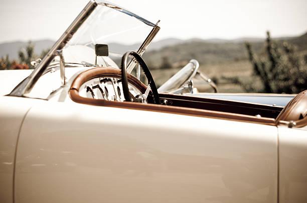 used-effekt im vintage-stil foto von einem sport auto - oldtimer veranstaltungen stock-fotos und bilder