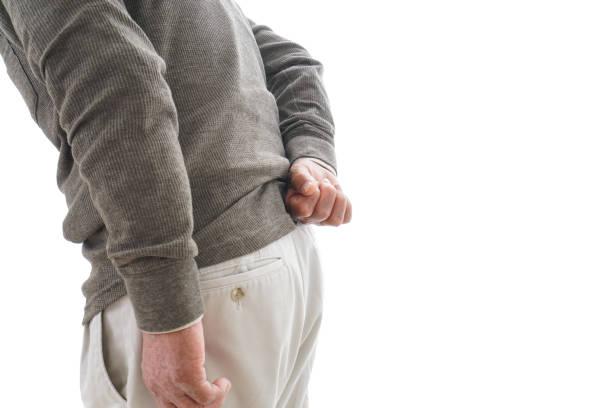 背中の痛みに苦しむ高齢者男 ストックフォト