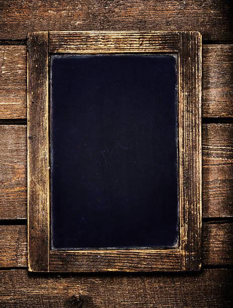 alter menü-tafel auf hölzernen hintergrund im vintage-look.  leer. - kücheneinrichtung nostalgisch stock-fotos und bilder