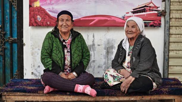 Altes Paar uigurischer Frauen plaudert im Tür-Hotan-Xinjiang-China-0115 – Foto