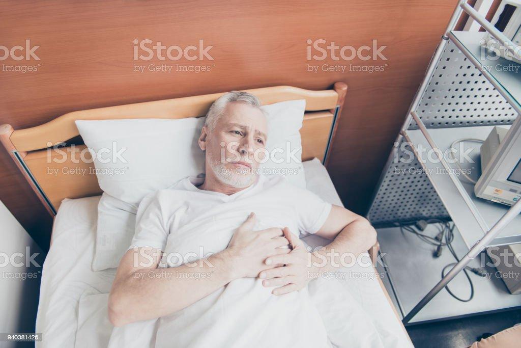Patient âgé Est Couché Dans Le Lit Et Tenant Ses Mains Près De on