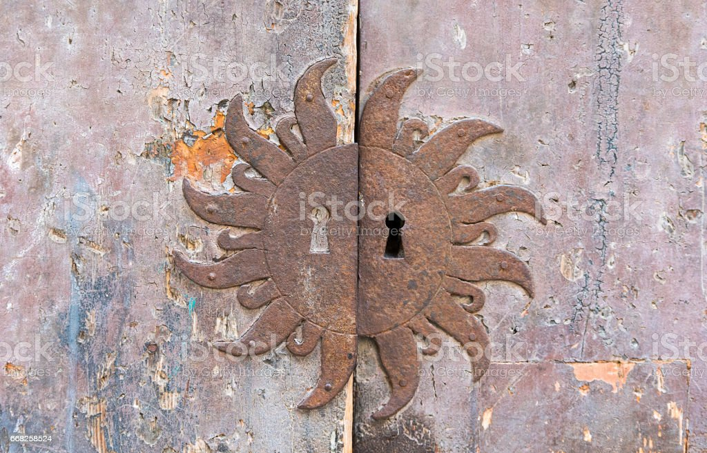 Aged rusty keyhole and wooden door foto stock royalty-free