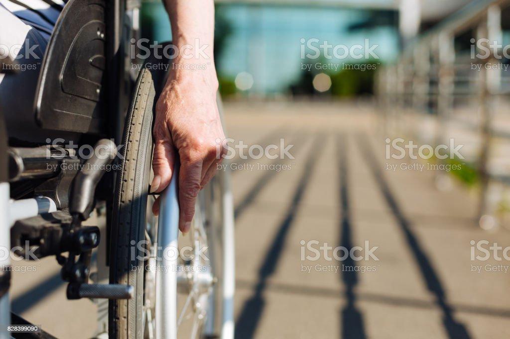 Señora fuerte de balanceo de la silla de ruedas - foto de stock