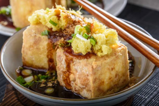 Agedashi, frit, Tofu avec le gingembre moulu, l'oignon vert et Sauce de soja - Photo