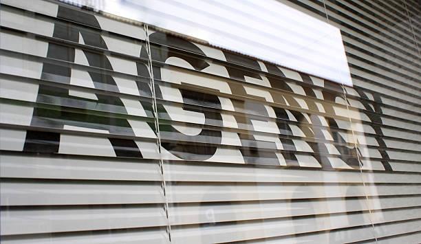 agencia texto sobre el vidrio de la ventana - oficina de empleo fotografías e imágenes de stock