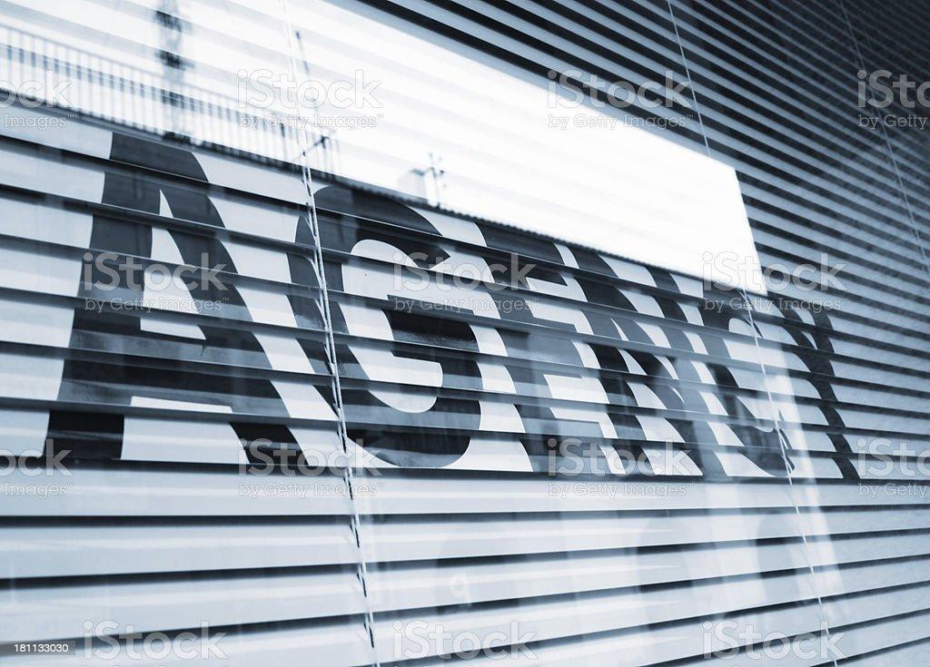 Texte sur la fenêtre de l'agence - Photo