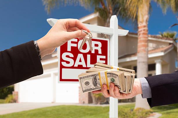 агент передачи ключей, покупателя передачи наличных для дома - dollar bill стоковые фото и изображения