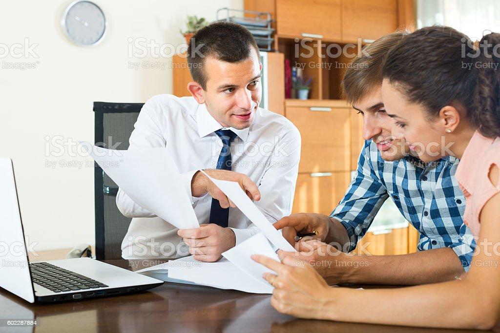 Agent jeune couple avec ordinateur portable et un - Photo