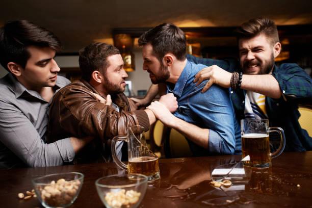 Aggressive Männer kämpfen in der Kneipe – Foto