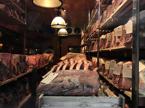 aging-rotes fleisch - wie alt werden kühe stock-fotos und bilder