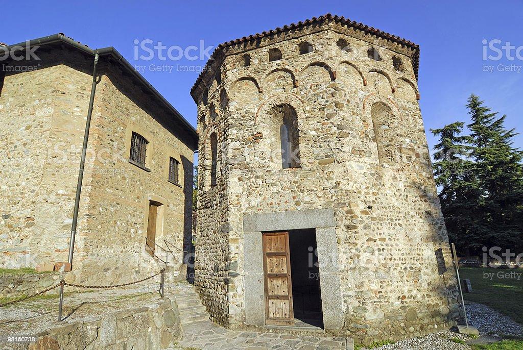 Agliate (Milano, Lombardia, Italia), chiesa romanica di San Pietro, il Battistero foto stock royalty-free