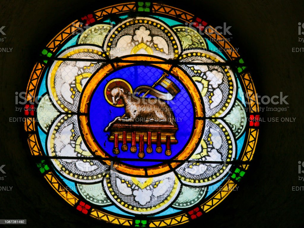 Agnus Dei ou cordeiro de Deus - vitrais na Igreja de Antibes - foto de acervo