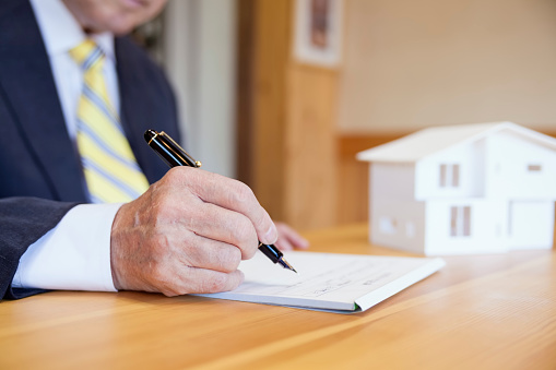 828544458 istock photo Agreement For New House 828544592