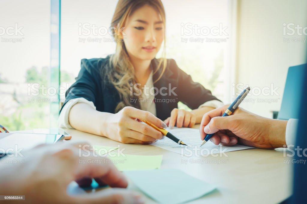 Vereinbarung Papier gibt Immobilienmakler Stift und Dokumente Abstimmung mit Kunden, Vertrag zu unterzeichnen. – Foto