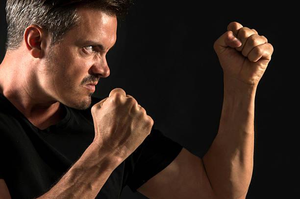 Hombre agresivos - foto de stock