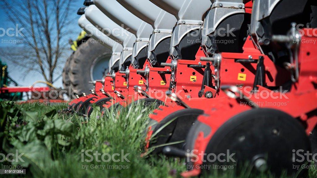 Maquinaria de Agricultura na grama verde - foto de acervo