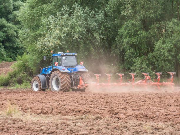 Landwirtschaftliche Traktor beim Pflügen – Foto