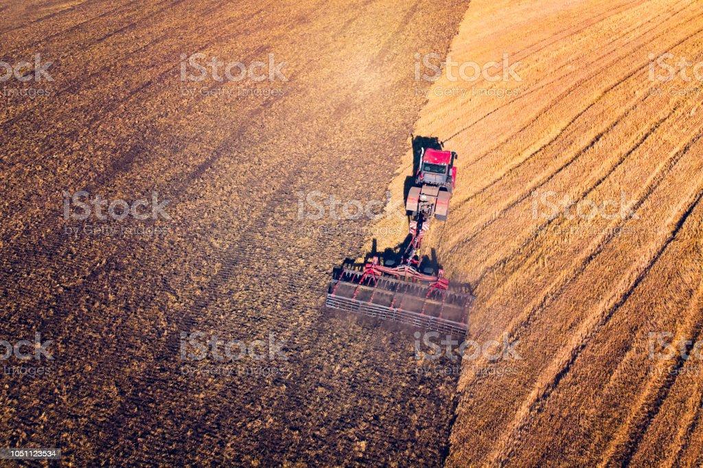 Landwirtschaftsmaschine Ernte Ernte in Felder. Traktor zieht einen Mechanismus für die Heuernte. Ernte im Herbst morgens bei Sonnenaufgang. Agrar-Industrie in der Region Altai Russland – Foto