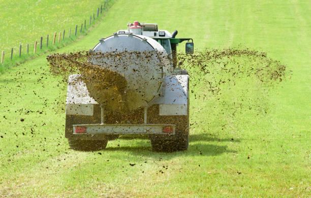 Landwirtschaft mit Traktor und Düngung mit Gülle auf Feld – Foto