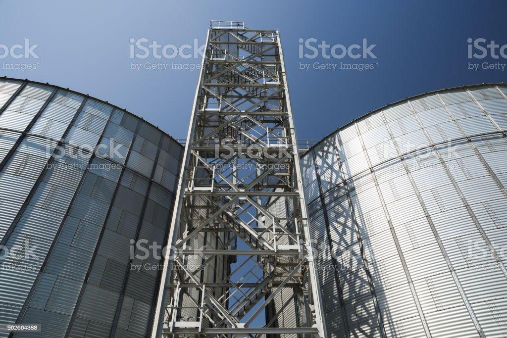 Tecnologia de armazenamento de agro-indústria. Celeiro de alta tecnologia moderno. Grandes recipientes de metal para armazenagem de grãos - foto de acervo