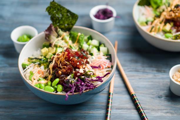 ahi thunfisch poke schüssel essen horizontale ansicht. - hawaiianischer salat stock-fotos und bilder