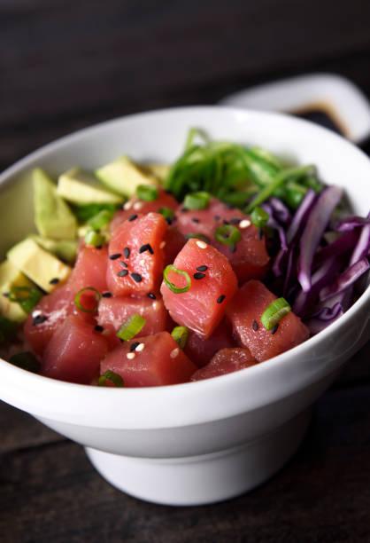 ahi thunfisch poke schüssel - hawaiianischer salat stock-fotos und bilder