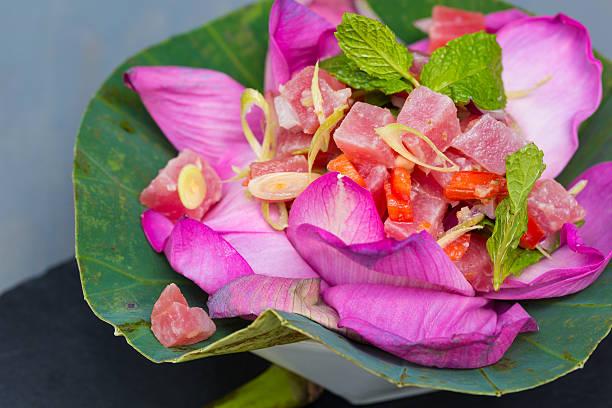 ahi thunfisch-salat - hawaiianischer salat stock-fotos und bilder