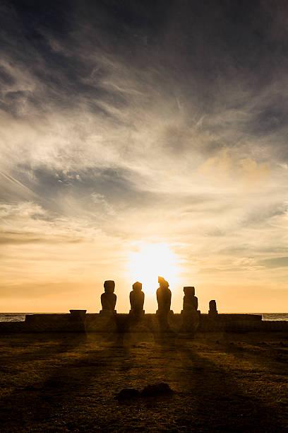 ahu tahai moai-statuen der osterinseln bei sonnenuntergang - osterinsel stock-fotos und bilder