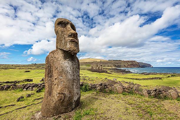 ahu tongariki travelling moai easter island statue rapa nui - osterinsel stock-fotos und bilder