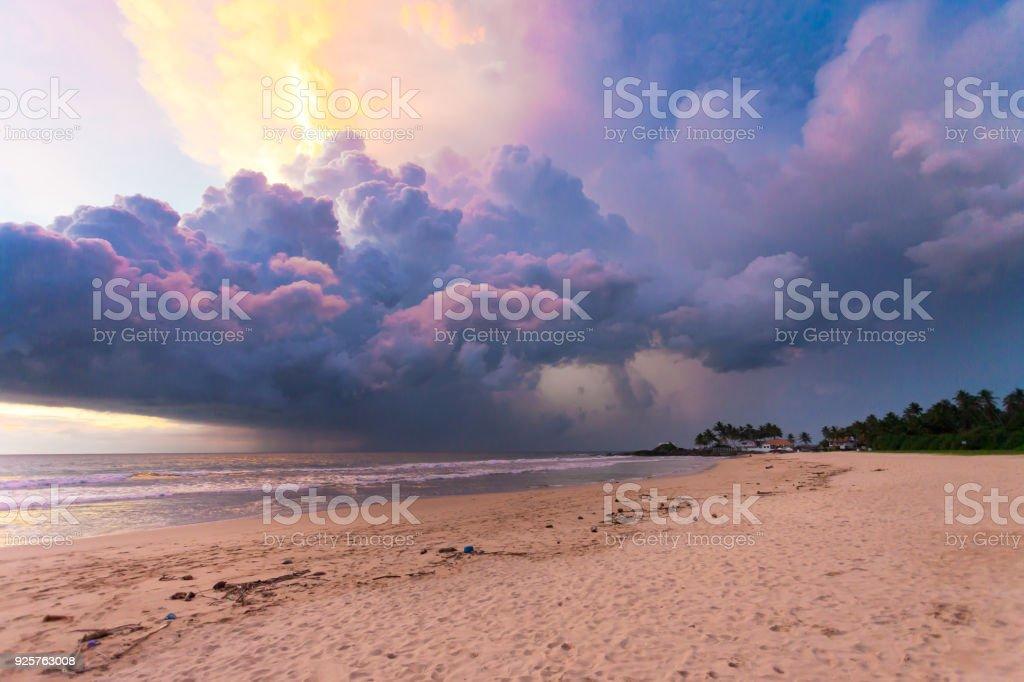 Ahungalla Beach, Sri Lanka - bunten Wolken und Licht während des Sonnenuntergangs am Strand Ahungalla – Foto