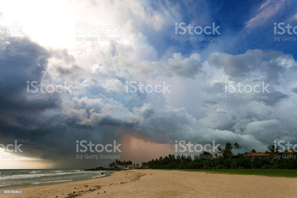 Ahungalla Beach, Sri Lanka - beeindruckende Gewitter während des Sonnenuntergangs am Strand Ahungalla – Foto