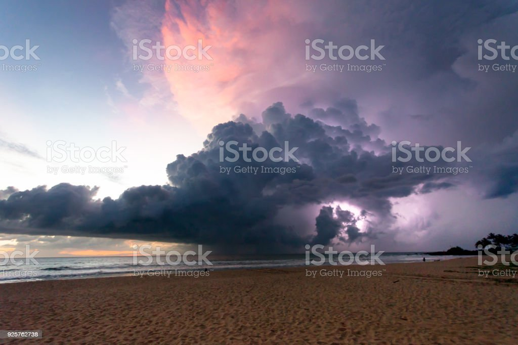 Ahungalla Beach, Sri Lanka - Donner und Blitz während des Sonnenuntergangs am Strand Ahungalla – Foto