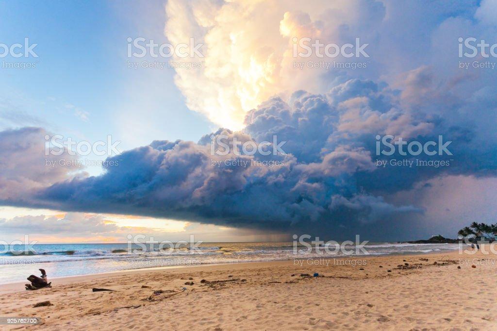 Ahungalla Beach, Sri Lanka - Wetter-Phänomen bei Sonnenuntergang am Strand Ahungalla – Foto