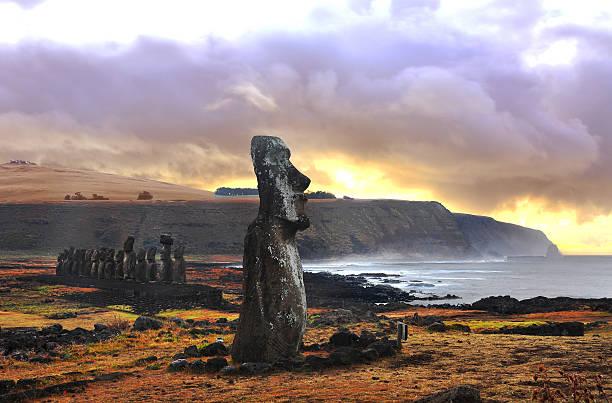 ahutongariki (easter island, chile) - osterinsel stock-fotos und bilder