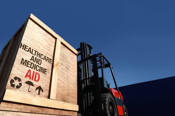 ayuda de carga en la carretilla elevadora. - ayuda humanitaria fotografías e imágenes de stock