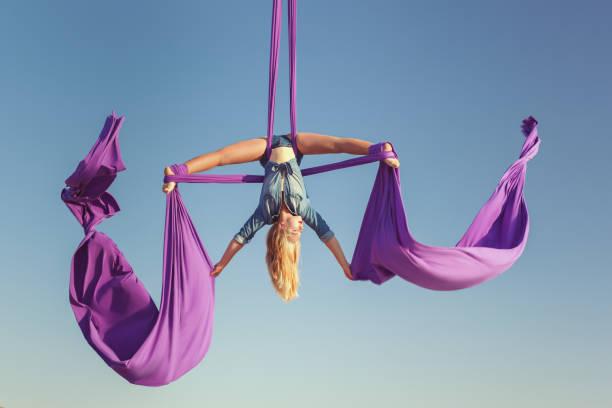 air acrobat ausbreiten seine flügel. - trapez stock-fotos und bilder