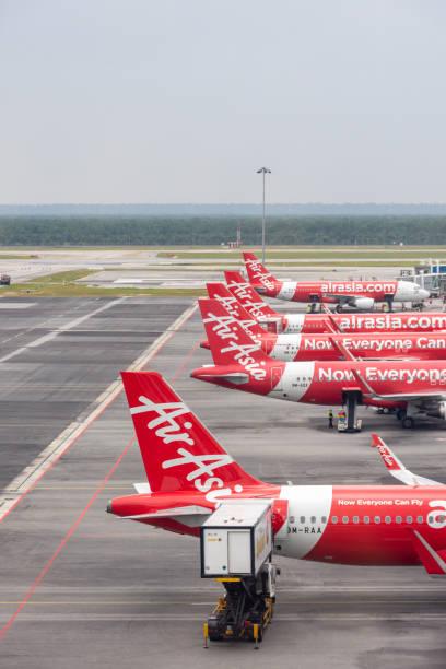 Aviões de Air Asia no aeroporto de Kuala Lumpur, Malaysia - foto de acervo