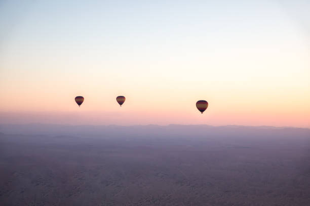 heißluftballons über wüste bei sonnenaufgang. - hochzeitsreise dubai stock-fotos und bilder