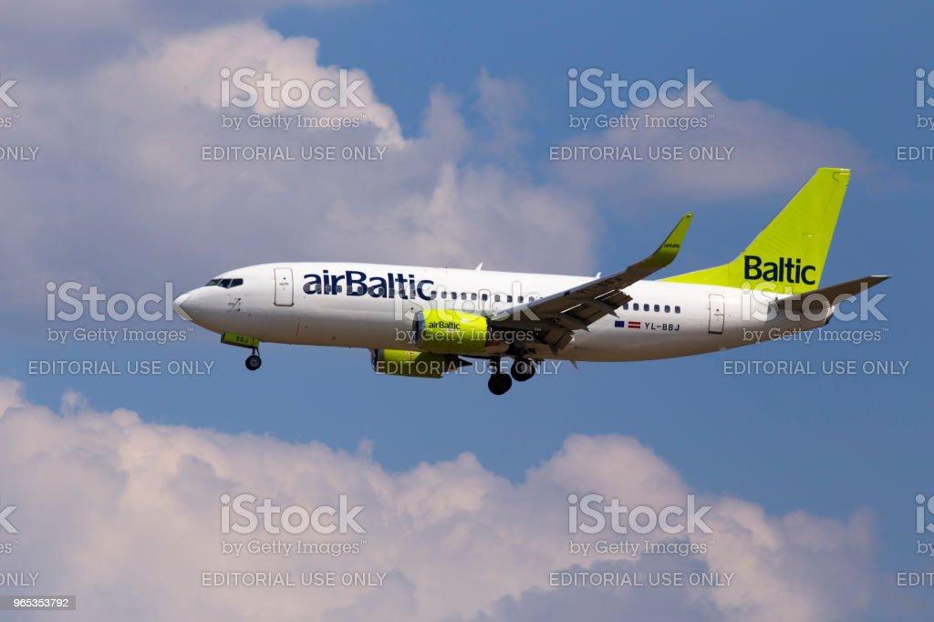 Avion de YL-BBJ Baltique Boeing 737-300 d'Air sur le fond de ciel nuageux - Photo de Affaires libre de droits