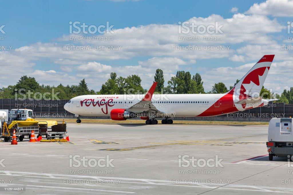 Air Canadá Rouge Boeing 767 no Aeroporto Tegel, em Berlim, Alemanha. - foto de acervo