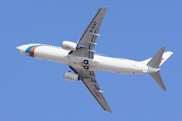 air china b-5197 boeing 737-800 in der luft. - rudermaschine stock-fotos und bilder