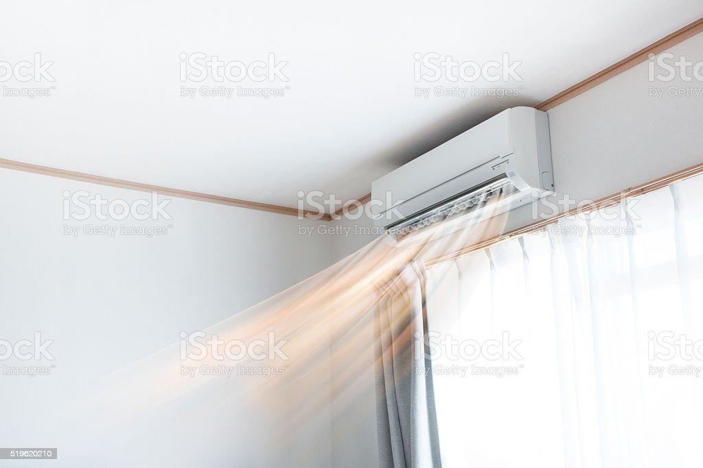 Acondicionador de aire cálido aire y viento - foto de stock