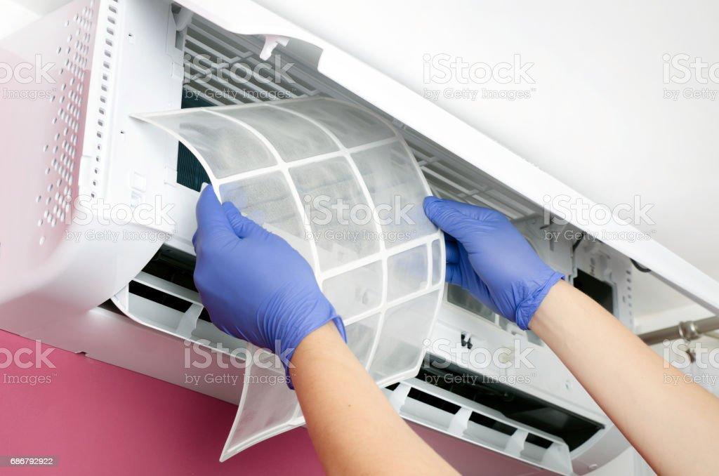 Air conditioner cleaning. Man checks the filter. - Lizenzfrei Arbeiten Stock-Foto