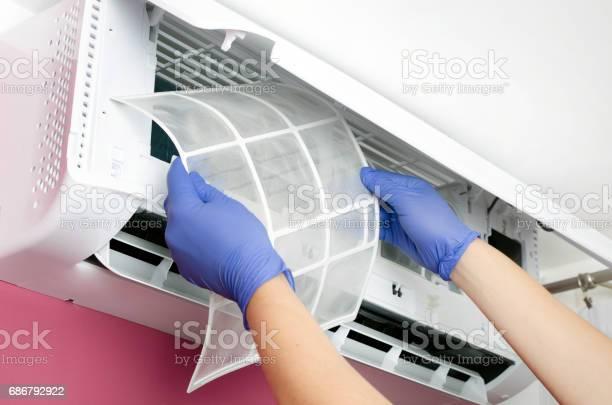 Air Conditioner Cleaning Man Checks The Filter Stockfoto und mehr Bilder von Arbeiten