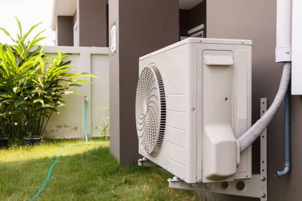 Klimaanlage Kompressor Außenanlage außerhalb des Hauses installiert – Foto