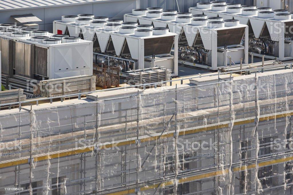 Klimakompressoren auf einem im Bau befindlichen Gebäudedach – Foto